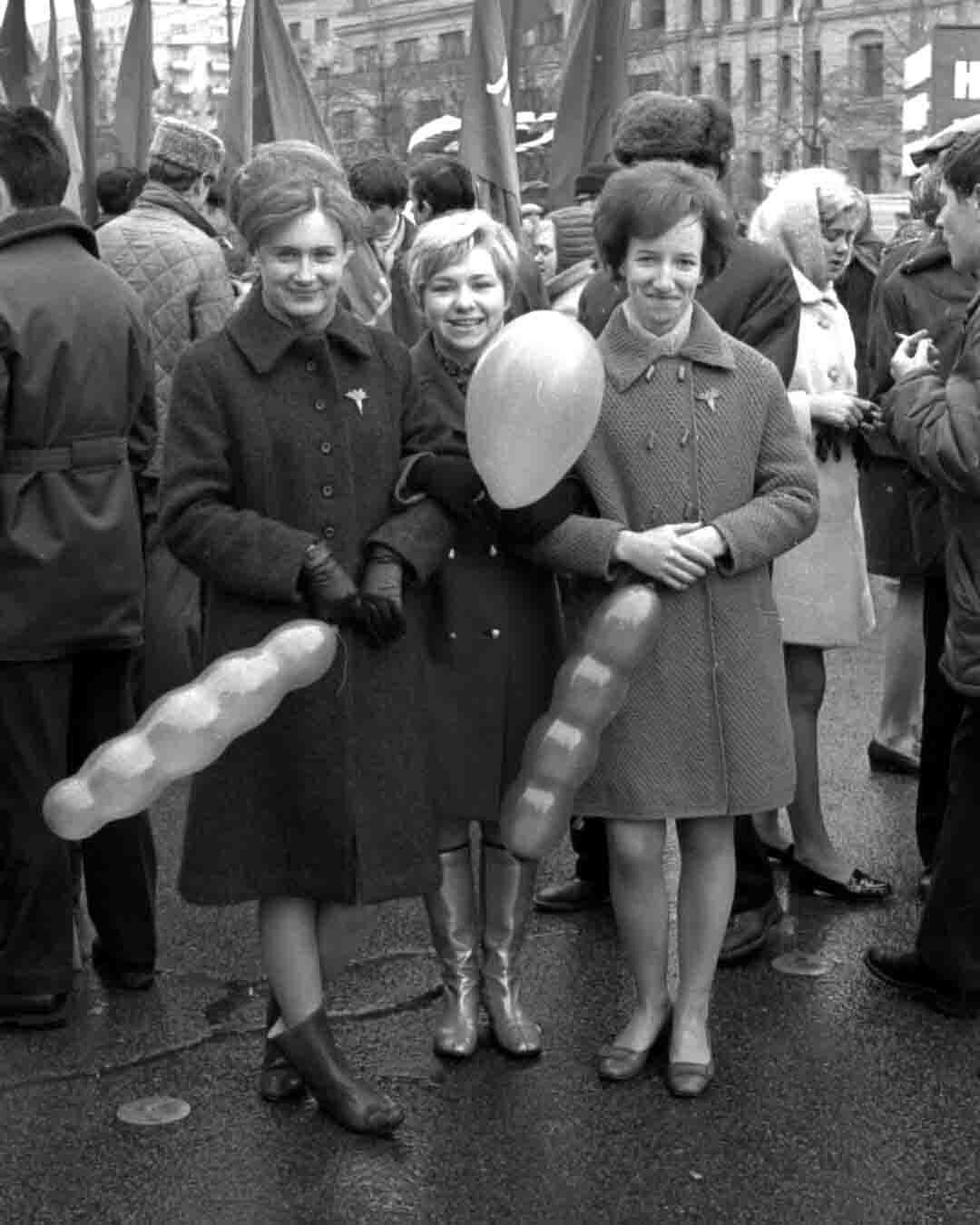 11:1970 <br>На демонстрации 2 курс ФПМ 9