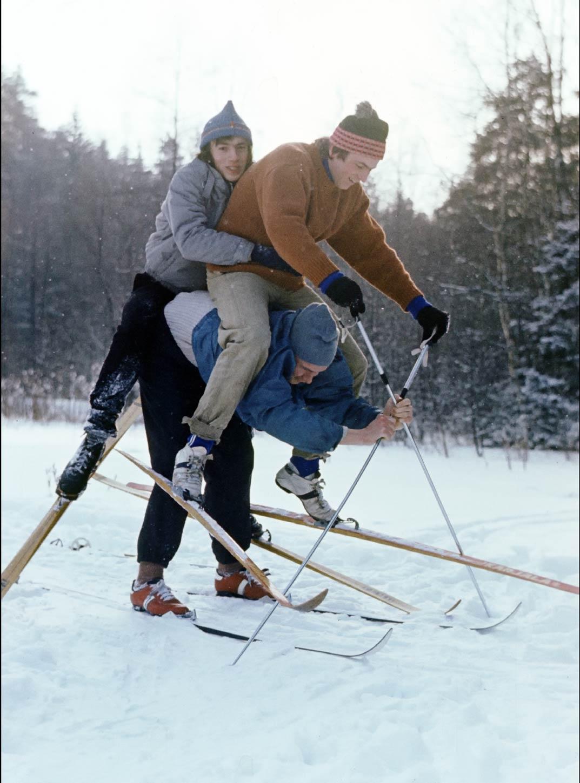 Однажды 32 года назад. После поездки на лыжах зашли в кафе рядом с Даниловским рынком. Мы стояли за высокими круглыми столами, под ногами была жижа полурастаявшего снега, пахло лыжной смолой, горячие пончики с холодка были так вкусны, как это могло быть только в детстве! РЕТРО 63